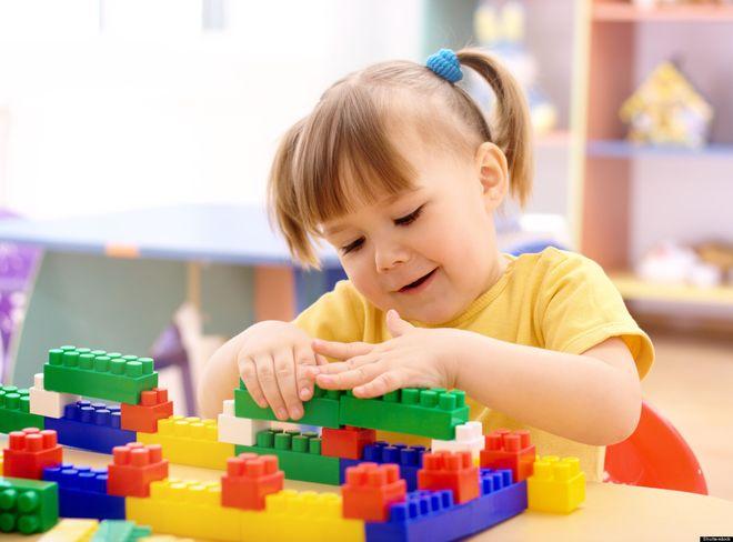 bé chơi đồ chơi xếp hình lego