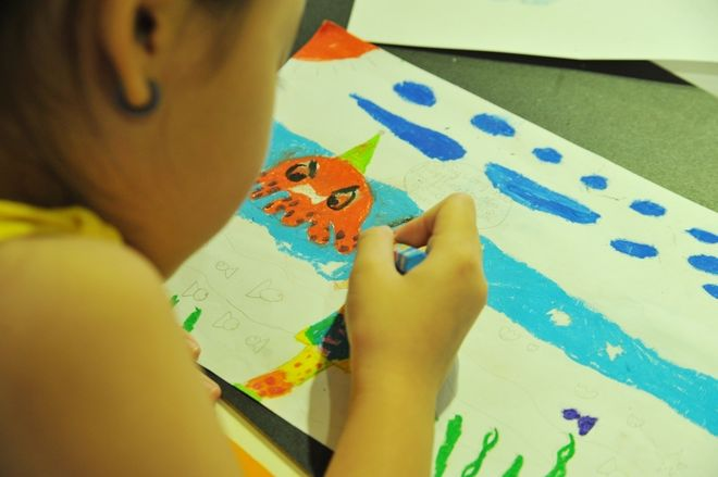 bé vẽ hình nhiều màu sắc