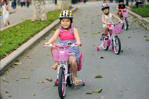Trẻ tập đạp xe
