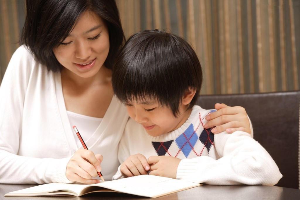 Khen ngợi và khuyến khích nếu con đánh vần, ghép đúng được 1 từ…