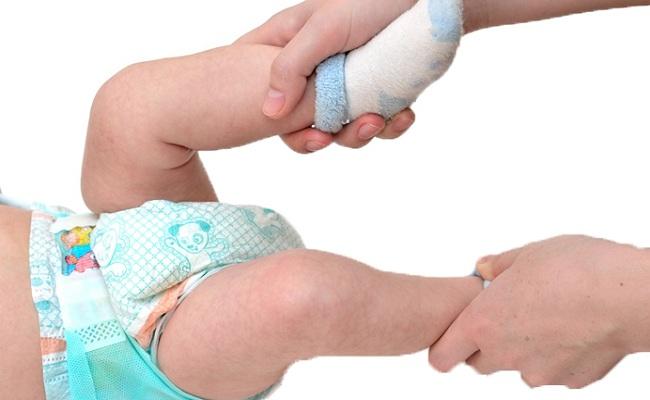 Nắn chân cho trẻ sơ sinh đúng cách bố mẹ nên bỏ túi