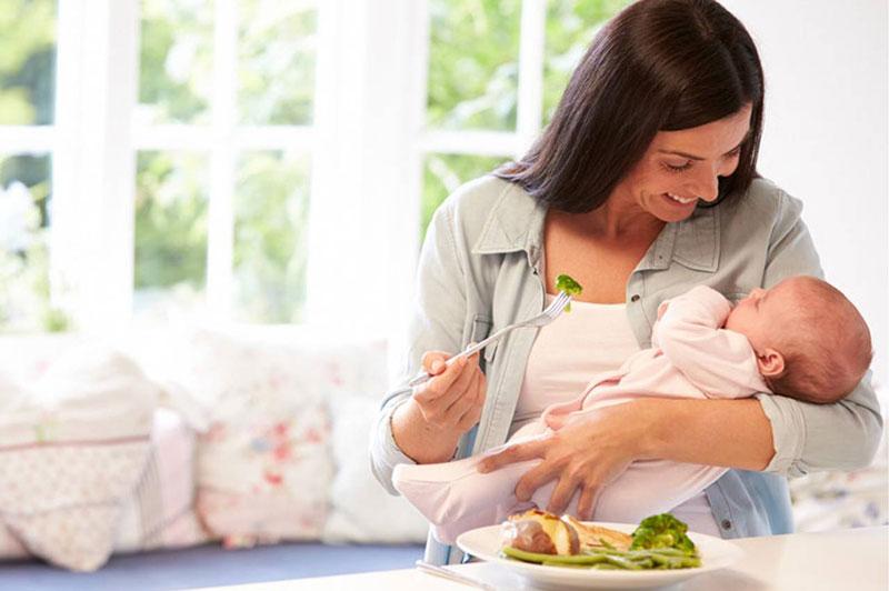 Các mẹ cần duy trì chế độ ăn lành mạnh không làm ảnh hưởng đến nguồn sữa