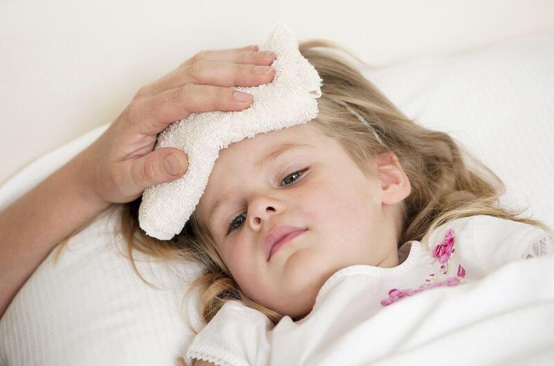 Dùng khăn ấm lau toàn thân giúp trẻ hạ sốt