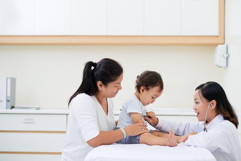 Cần đưa trẻ đi thăm khám để tìm nguyên nhân và điều trị