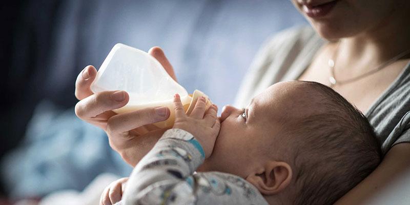 Khi nào nên đổi sữa và những lưu ý khi đổi sữa cho bé