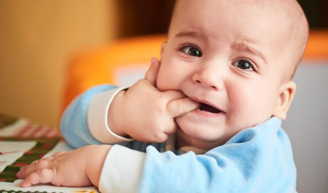 Dấu hiệu trẻ 6 tháng tuổi mọc răng mẹ cần biết