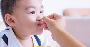 Hướng dẫn cách giúp trẻ chịu uống thuốc dễ dàng