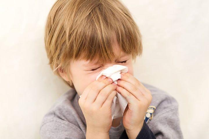 Mẹo chữa viêm mũi dị ứng tại nhà cho bé