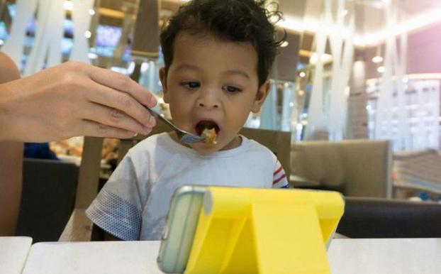 Vừa ăn vừa xem điện thoại, chúng ta đang hủy hoại hệ tiêu hóa và rước bệnh vào người