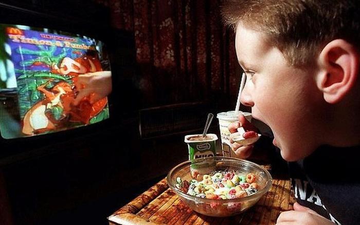 Tác hại của việc cho trẻ vừa ăn vừa xem phim