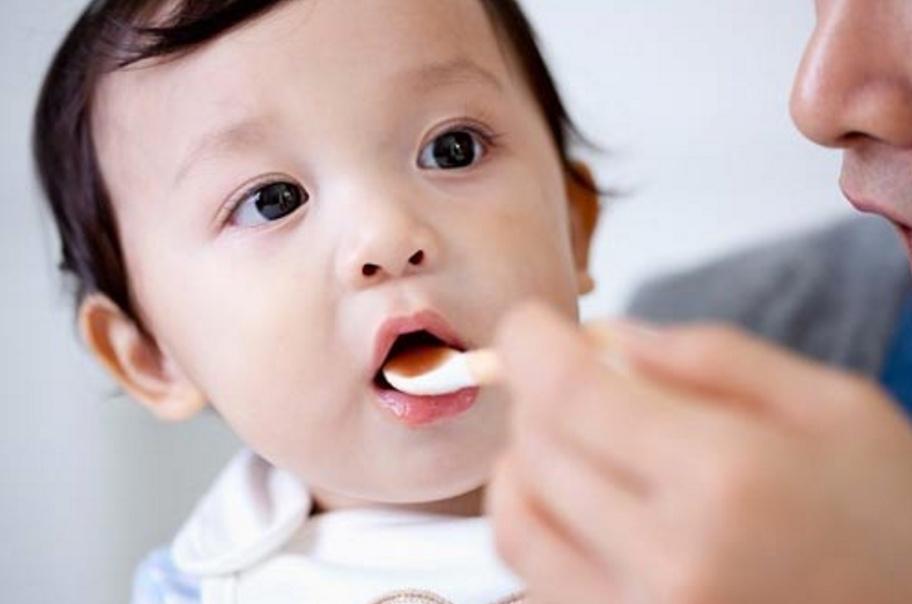 Bác sĩ Nhi gợi ý những cách cho trẻ uống thuốc dễ dàng, không khóc lóc