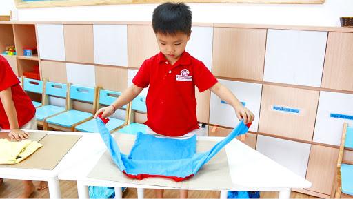Trẻ được học và thực hành gấp quần áo - hành động nhỏ thể hiện kỹ năng tự lập của con